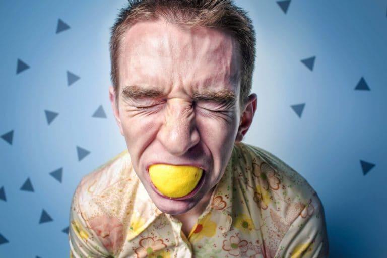 Hoy en día el estrés y las prisas son algo ineludible. El ritmo de vida que llevamos suele ser frenético y, como mínimo, demandante. Por eso, es importante que pongamos todo lo posible de nuestra parte para mantener nuestro bienestar. Sin embargo, por los motivos mencionados, la tarea no parece fácil. ¿Cómo vamos a dedicar otra parcela de nuestro tiempo a nosotros mismos si ya andamos con prisas para llegar a todas las demás? La relajación es una buena respuesta a esta pregunta. Existen ejercicios de relajación breves a los que dedicándole apenas diez minutos al día pueden mejorar nuestro bienestar. Ante todo se trata de desconectar, de centrarnos en nuestro cuerpo y buscar la calma. Además, existen diferentes variantes, de forma que podemos buscar la que mejor se adapte a nuestra forma de funcionar. La relajación propicia entrar en un estado de tranquilidad y desconectar del ajetreo del día. Practicarlo antes de ir a la cama para descansar mejor o al llegar a casa para entrar en un estado más calmado puede ser una buena idea. Además, nos ayuda a hacerle frente al estrés y a aprender sobre nuestro propio cuerpo: cuáles son las zonas en las que acumulamos más tensión o cuál es la mejor manera de relajarnos para nosotros, por ejemplo. Así, en Tadi ofrecemos sesiones en las que se aprenden cuatro técnicas de relajación diferentes, además de técnicas de respiración. A través de este taller, podremos explorar cómo hacer una relajación correctamente, cuál es la más adecuada para nosotros y todos los beneficios que ofrece.